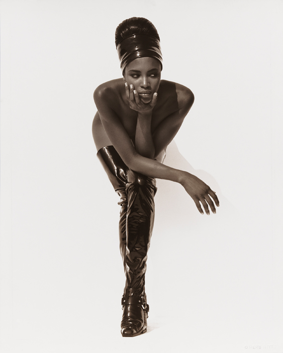 19.-Naomi-Campbell-Face-in-Hand-Hollywood-1990